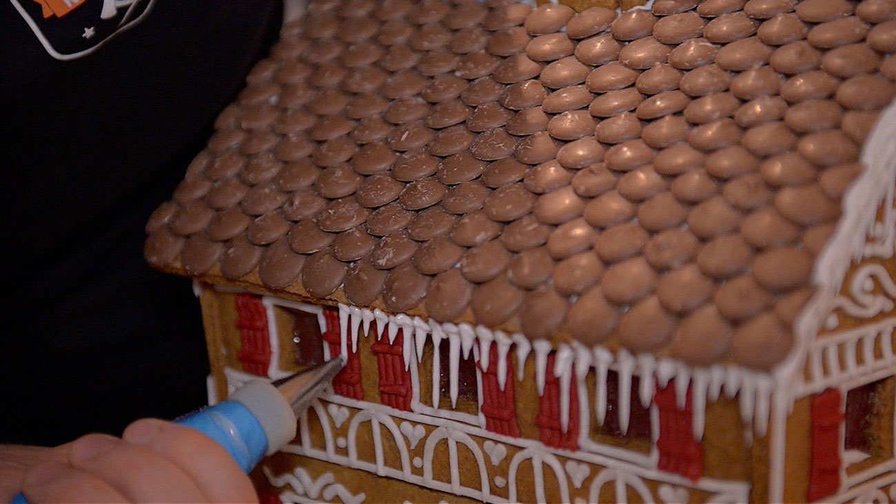 How to make a gingerbread house - step 16