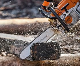 STIHL MS 261 C cutting through wood