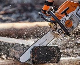 STIHL MS 261 C cutting through wood