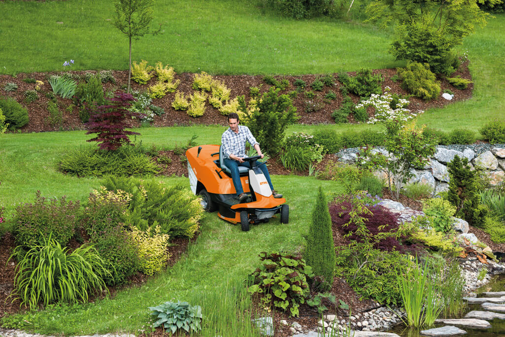 rt 4082 mower driving around garden